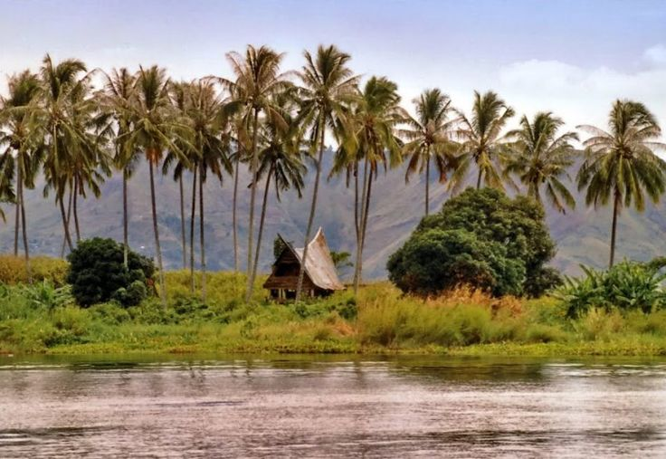 Остров Суматра – тропический рай Индонезии  Что вам приходит в голову при упоминании об острове Суматра? У многих он ассоциируется с событиями, которые произошли несколько лет назад: цунами в 2004 году и землетрясением в 2009 Да, все это действительно имело место, но не стоит забывать о том, природные катаклизмы могут случиться в любой точке планеты. Но, несмотря на произошедшие события, путешественники не утратили интерес к этому потрясающему райскому местечку, настоящему природному музею…