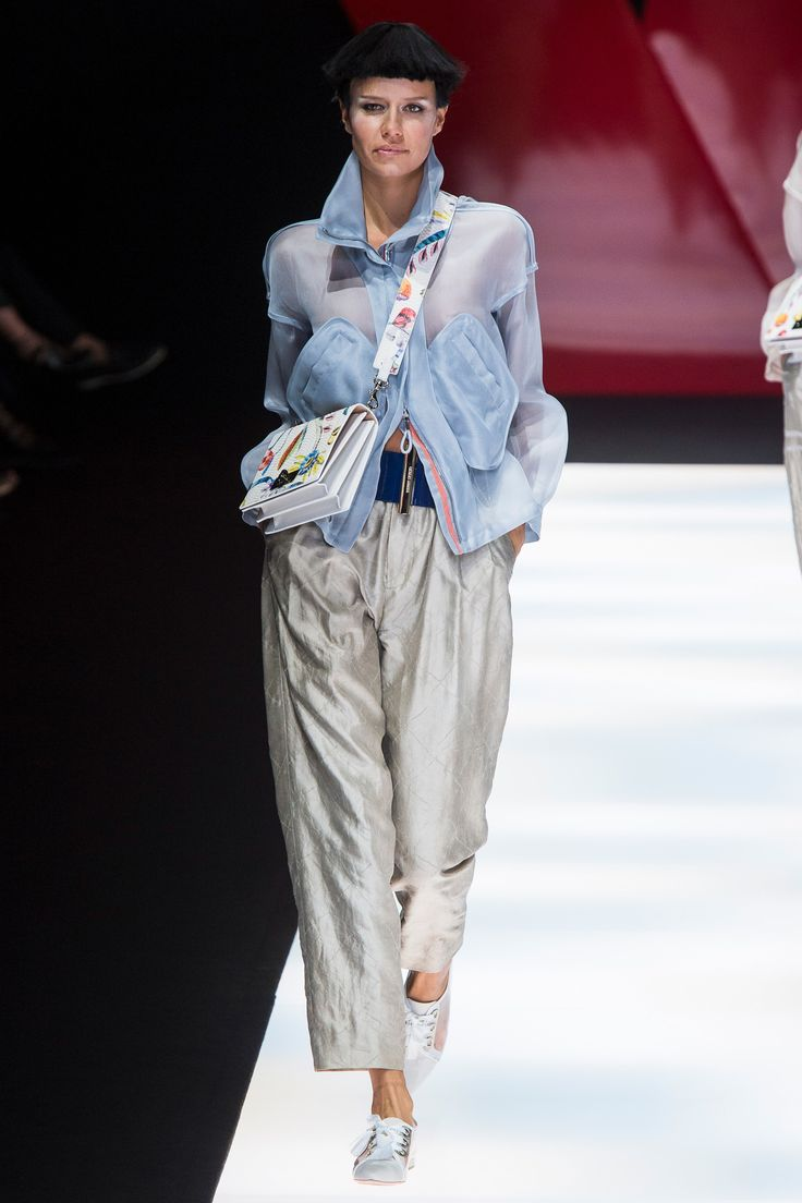 See the complete Giorgio Armani Spring 2018 Ready-to-Wear  collection.
