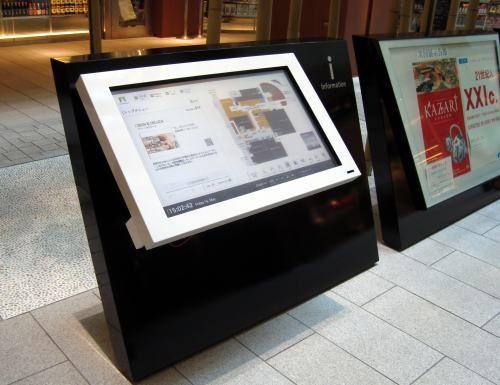 東京ミッドタウンのタッチパネル館内案内板 - デジタルサイネージ(電子看板システム)