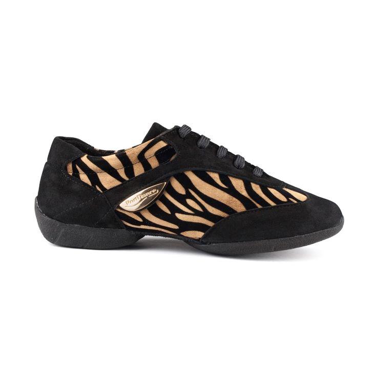 Denne fede dansesneakers er fra PortDance. Skomodellen PD04 Fashion er udført i sort ruskind og ruskind med tigerprint. En sko med attitude! En kvalitetssko, der er let, fleksibel og meget behagelig. Forhandles hos Nordic Dance Shoes: http://www.nordicdanceshoes.dk/portdance-pd04-fashion-dansesneaker#utm_source=pin