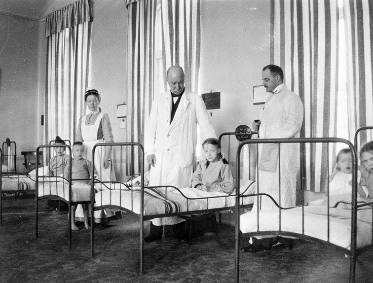 Sjuksal vid Kronprinsessan Lovisas vårdanstalt för sjuka barn år 1918. - Stockholmskällan