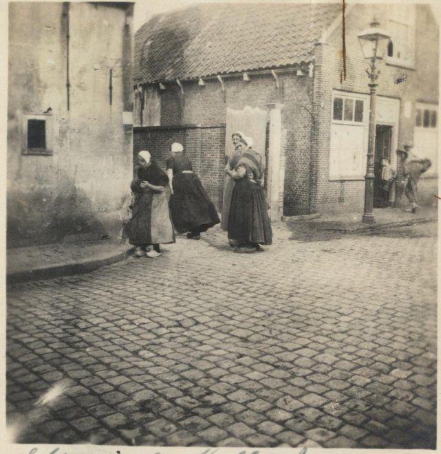 Weststraat, vrouwen in dracht bij de poort tussen rederijgebouwen van Gerrit den Dulk (links) en de nrs. 248-250 (rechts, later Dr. De Visserplein 80-81). ca 1910 #ZuidHolland #Scheveningen