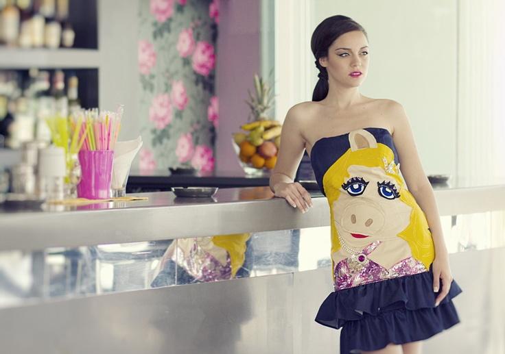 """Στράπλες φόρεμα με βολανάκια και χειροποίητο απλικέ σχέδιο """"miss piggy"""" κεντημένο στο χέρι."""