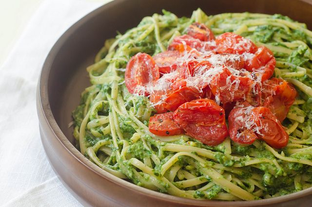 Creamy Spinach Pasta with Roasted TomatoesFit Workout, Creamy Spinach, Roasted Tomatoes, Pesto Pasta, Spinach Pasta, Pink Parsley, Avocado Paste, Mail Sauces, Healthy Recipe