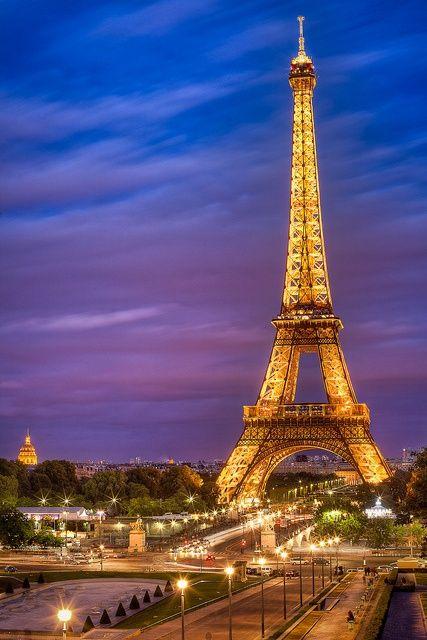 La Arquitectura en Hierro se dio en el siglo XIX y por la creación de nuevos materiales en la Revolución Industrial Eiffel Tower Sunset. Didn't care much for it during the day, but splendid at night.