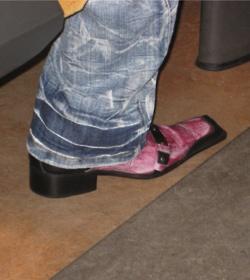 Adoro scarpedemerda.tumblr.com   perchè spettegolare sulle brutte scarpe degli altri è sempre un piacere ;)