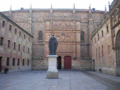 La Universidad de Salamanca. Su fachada, que consiste en un tapiz labrado en piedra de Villamayor que se asemeja a un retablo pétreo, es digna de admirar. Cerca del Patio de Escuelas, se puede apreciar la estatua de Fray Luis de León.