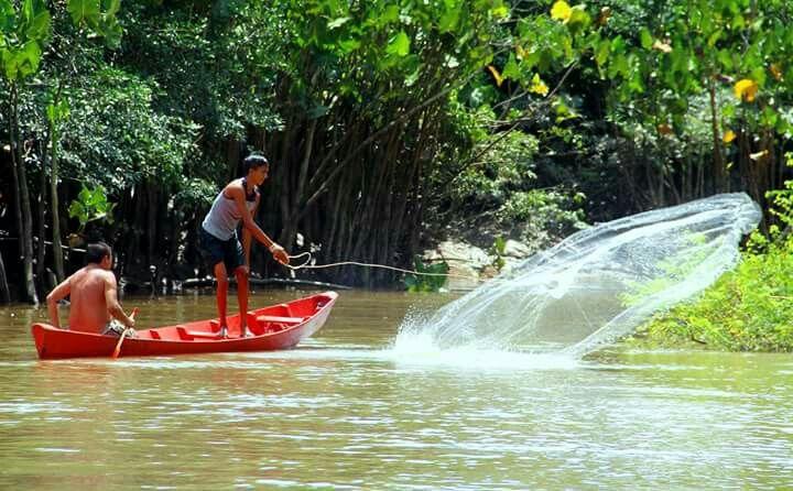 Pescando com rede no rio.
