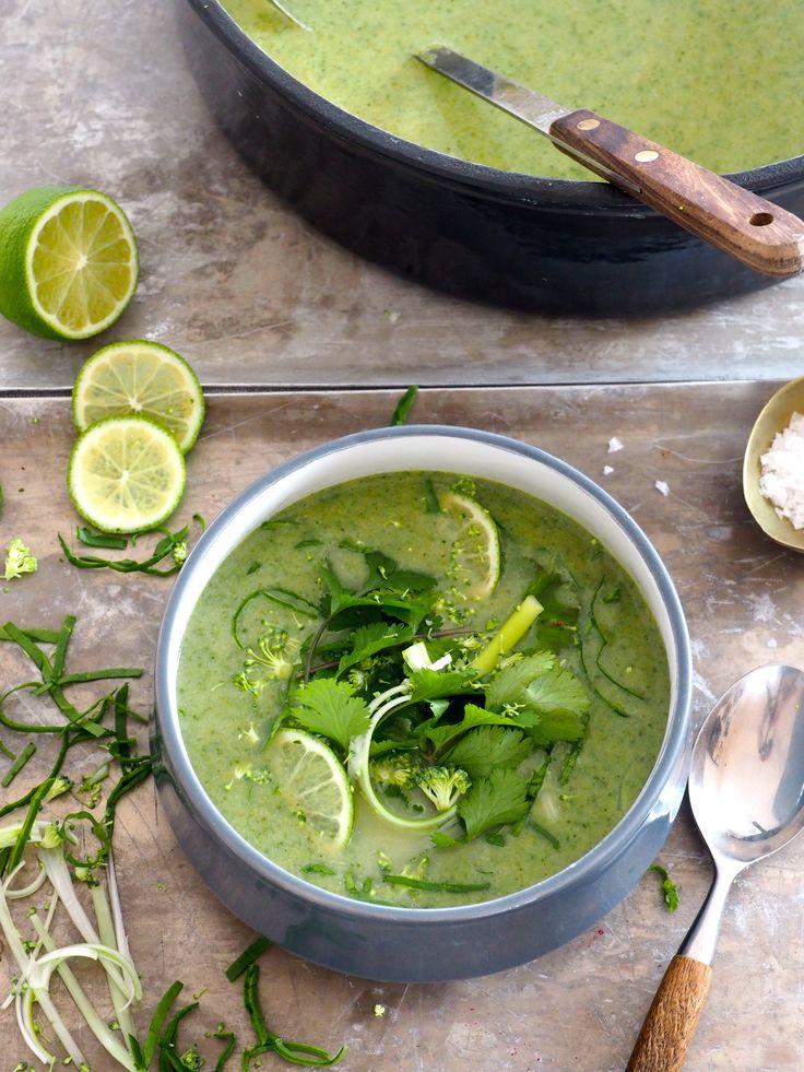 Brokkolisuppe med en vri ja, for det må jo stort sett alltid være en vri her på bloggen! Her får du en litt spicy brokkolisuppe laget med green curry og rundet av med litt kokosmelk. Jeg har gjort den litt fancy med å drysse den ferdig suppen med strimlet spinat og vårløk, litt finhakket brokkoli [...]Read More...