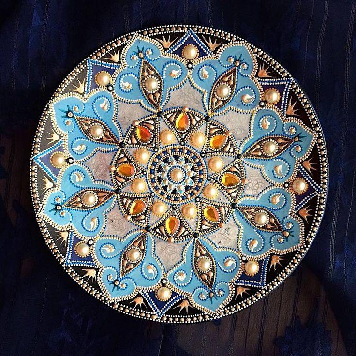 Wunderschöne Wandteller mit folkloristischen Motiven und Mandalas  Die russische Künstlerin, die im Netz als Dahhhanart bekannt ist, zeichnet farbenfrohe Vögel und zarte Ornamentik auf Teller und Wanduhren. Obwohl...
