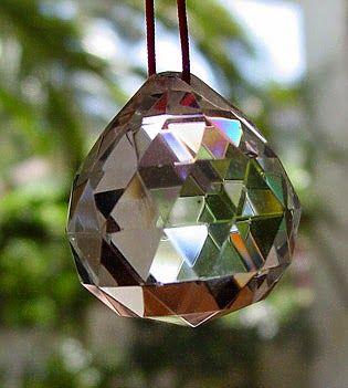Una de las herramientas que utilizamos los asesores y consultores en Feng Shui es la bola de cristal tallado. No sólo como herramienta, en...