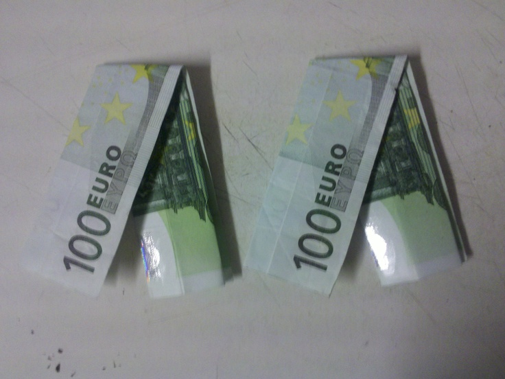 So faltet man eine Hose aus einem Geldschein
