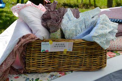 Les couvertures Denise, toutes moelleuses, avec un volant tout autour : accessoire parfait pour le lit de bébé