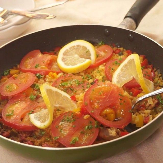 食欲そそる簡単スパイシー料理! あのスペイン料理がフライパン1つでできちゃいます! #カレーパエリヤ で夏を乗り切ろう!  材料(2人分) ・トマト  2個 ・パプリカ  1個 ・鶏もも肉  1/2枚 ・玉ねぎ  1/4個 ・ズッキーニ  1/2本 ・オリーブオイル 大さじ1 ・ニンニク  2片 ・カレー粉  大さじ1 ・塩  小さじ1 ・米  1合 ・水  100cc ・パセリ  適量 ・レモン  適量  手順 1. トマトは一つは細かく切り、もう一方は輪切りにする 2. パプリカ、ズッキーニ、玉ねぎ、にんにくをみじん切りする 3. 鶏もも肉を一口サイズに切る 4. フライパンにオリーブオイルを引き、鶏肉を炒める 5, ニンニクを加えて香りがたったら玉ねぎを加え、しんなりしたらパプリカ、ズッキーニを加える 6. 火が通ったら粗みじんのトマト、カレー粉、塩を加えて混ぜる 7. 米と水を加えてなじんだら煮立たせて、蓋をして弱火で20分煮る 8. 蓋を開けて輪切りのトマトを並べたら、再度蓋をして弱火で5分加熱する 9. 蓋を外して2分中火で加熱する…