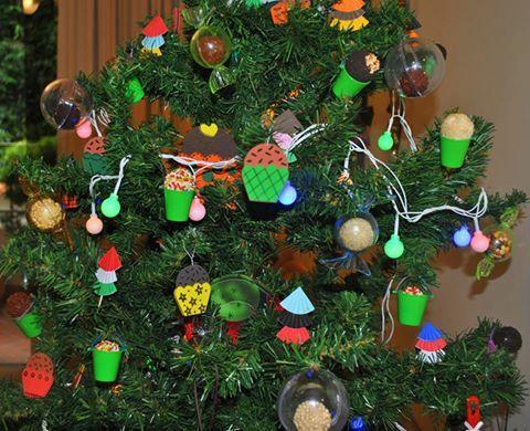 Árvore de Natal enfeitada de brigadeiros!