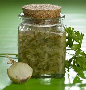 2 agurker1 spsk. olivenolie1 lille løg1 fed hvidløg ¼ tsk. chilipulver 1½ dl lys vineddike75 g sukker ½ tsk. saltRiv agurkerne groft og pres vandet