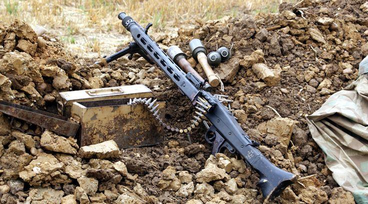 MG 42 Армии требовался единый пулемет, обладающий высокой огневой мощью и максимально дешевый в производстве — армия его получила. Благодаря штамповке ствольной коробки, пулеметы изготавливались быстро и более технологично, чем предыдущие MG 34. Машину упростили по максимуму: убрали возможность подачи ленты с любой стороны, отказались от магазинного питания и переключателя режимов огня. Все это позволило получить практически идеальный пулемет: простой, надежный, дешевый и скорострельный.
