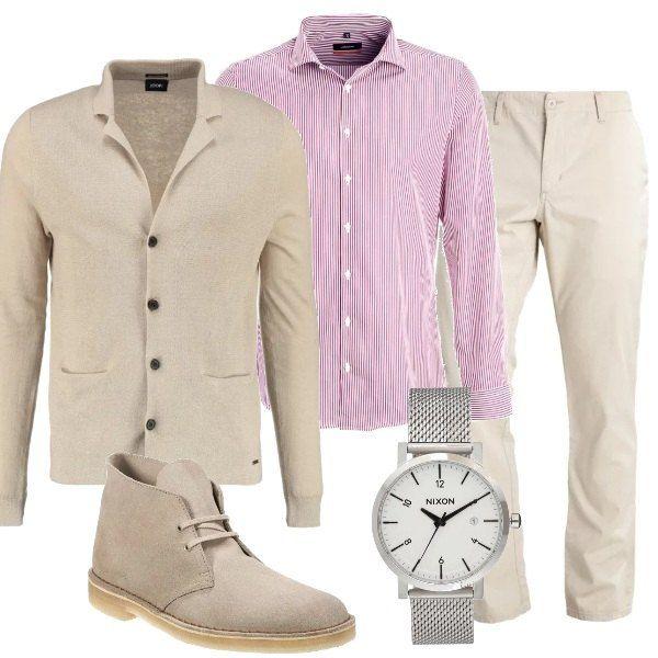 Una giornata al lavoro con un abbigliamento comodo, che non rinuncia ad un pizzico di eleganza. Un cardigan beige viene proposto con una camicia a righe e un paio di pantaloni chiari, come le scarpe stringate. Un orologio con quadrante bianco completa l'outfit.