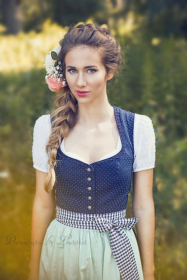 Voluminous braid topped with flowers. Warm, sweet hairstyle for Wiesn, Dirndl & Co.