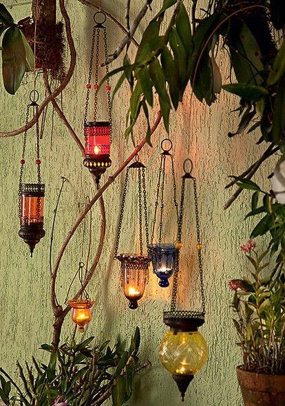 Lanternas coloridas vindas da Turquia decoram a área externa da casa