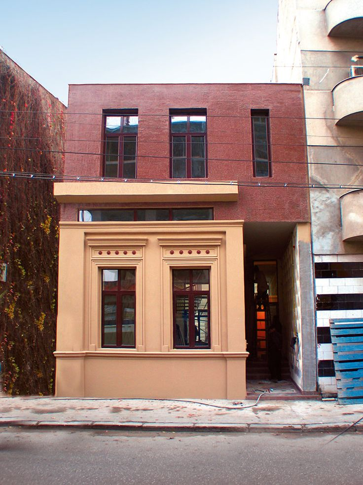 O banală plimbare prin Bucureşti dezvăluie astăzi o tendinţă îmbucurătoare: din ce în ce mai multe clădiri încep să fie renovate, curăţate, reamenajate. Intenţia e bună, rezultatele lasă de cele mai multe ori de dorit...