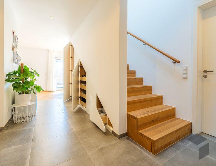 Treppe mit integriertem Stauraum aus dem Kundenhaus 'Herb' von Baufritz | Alle Infos zum Haus mit einem Klick auf das Bild erhalten. – Fertighaus.de | Holztreppe, Treppenhaus, Inspiration, Treppenschrank