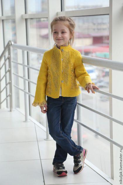 Купить или заказать Куртка валяная  yellow azalea в интернет-магазине на Ярмарке Мастеров. Желтая Азалия - королева сада. Неповторимой красоты и обаяния. Жакет 'Желтая Азалия' - с фактурным рисунком из кружева расшитого паетками и бусинами. Удивительной красоты и изящества. Жакет свалян в технике нуно-войлок из шерсти высокого качества особых пород овец, натурального шелка, винтажного кружевного полотна. Очень удобный, хорошо посажен по фигуре.