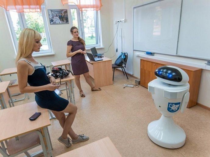 Первый робот-учитель в России провел свой первый урок в паре с реальным педагогом