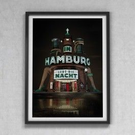 IN HAMBURG LEBT DIE NACHTThis is a tribute to our beloved hanseatic city which shows our interpretation of the coat of arms of the German state and city of Hamburg. It took it's architectural inspirations from well known areas such as the old warehouse district Speicherstadt or the famous Reeperbahn.• Limitierte Auflage: 100 Drucke• Maße: 420 x 594mm, DIN A2 (16,54 x 23,39 inch)• Papier: Matt Coated 250gr/m2 • Rahmen nicht im Lieferumfang enthalten