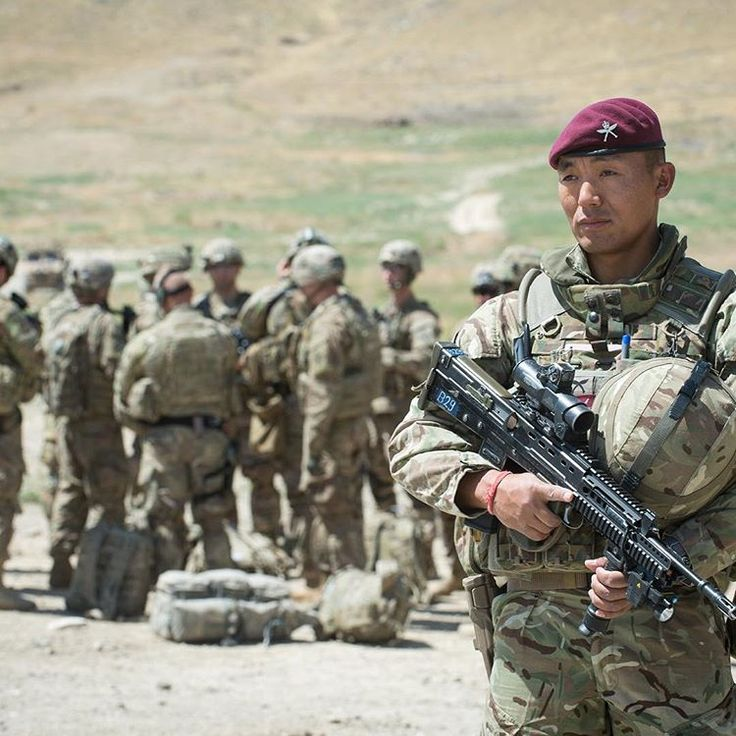 ROYAL GURKHA RIFLES. 2 RGR Gurkha Para protects US Army soldiers preparing  to board helicopter