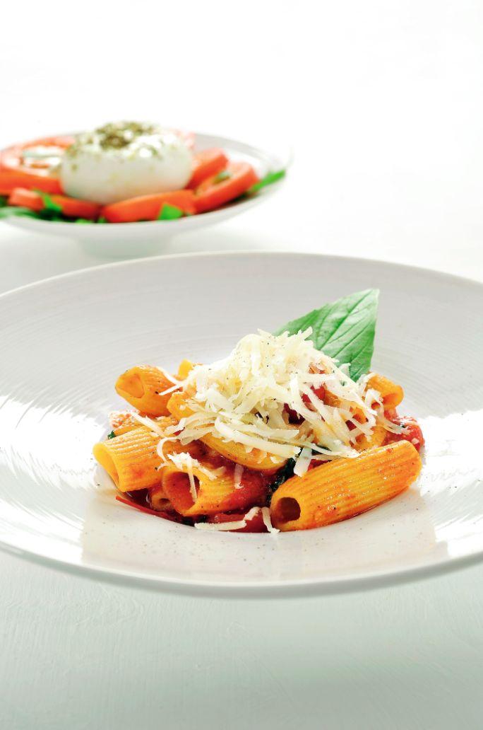 Bereiden:Maak de paccheri met tomatensaus:Verwarm 2 eetlepels olijfolie in een pan en doe het hele teentje look en de tomaten erbij. Kruid met peper, zout en basilicum. Zet het deksel op de pan en kook de saus 15 minuten in op een zacht vuur. Haal de knoflook eruit.Kook de pasta beetgaar in ruim gezouten water met de rest van de olijfolie. Giet af en schep de pasta bij de saus. Werk af met de mozarella en breng op smaak met peper. Maak het mozzarellaslaatje: