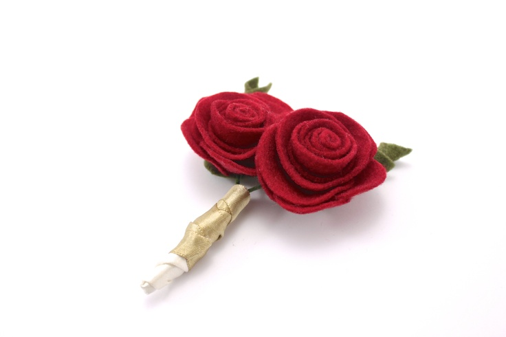BOUTONNIÈRE DE ROSA PEQUEÑA hecho a mano en fieltro #fieltro #blum #hechoamano #felt #rojo #boda #boutonniere www.blum.com.co
