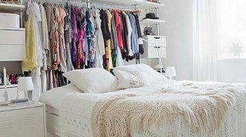 Studentenkamer creatief ingericht. Een tweepersoonsbed en een kledingrek. Alles wat je nodig hebt als student.