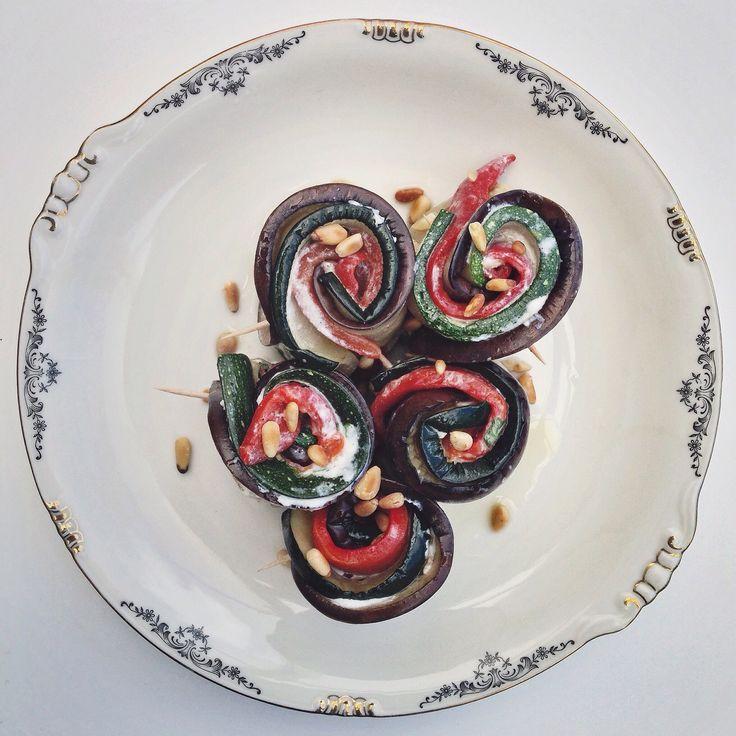 Geroosterde groenten rolletjes met ricotta. Opgerolde courgette, aubergine en paprika repen met daartussen een heerlijk ricotta mengsel.