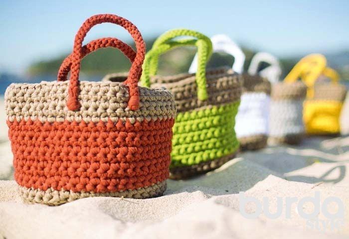 Пляжная сумка. Связать такую вместительную и прочную пляжную сумку очень легко. А за счет использования толстой пряжи и крючка большого размера – еще и очень быстро. Мастер-класс. Журнал Burda.  #пляж #лето #бурда