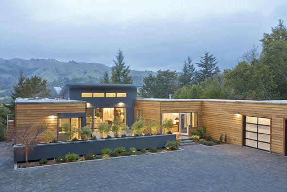"""O telhado é muito """"reto"""", mas a estrutura da casa em L e o jardim no meio são interessantes"""