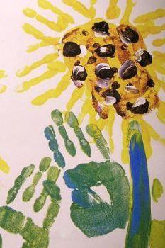 Maak van groene verf een mooie bloemsteel. Doe een mooie kleur verf op je hand en vingers en leg hem 10 sec.op een bloemsteel. Dat wordt dan een prachtige bloem. Je kan zoveel keer je hand ergens neerleggen tot je de bloem mooi vind. Wat groen blaadjes aan de steel kan natuurlijk ook.