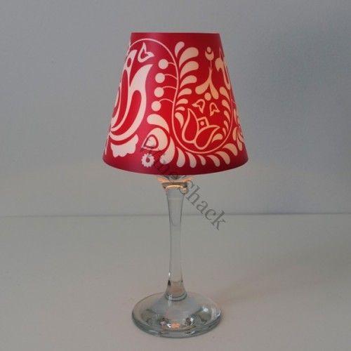 Mécses a borospohárban lakásdekoráció, amit a lámpaernyős lámpák formája és a gyertyafény ihletet. Egy egyszerű mécses segítségével te is feldobhatod a lakásodat és az esti beszélgetések, vacsorák hangulatát. Válaszd a