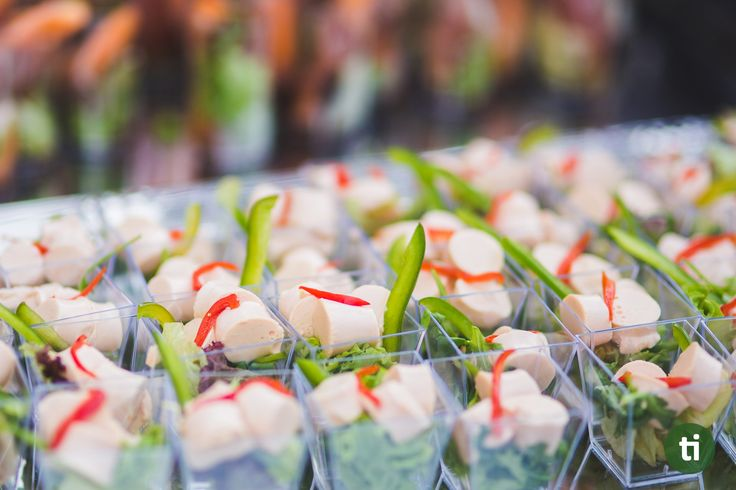The success of a good event relays on its organization so everything goes according to plan. One of the most memorable part of an event is its catering and, it's usually what most people look forward to when attending an event. That's why, here are some helpful tips to keep in mind when choosing how to cater your food on an event: