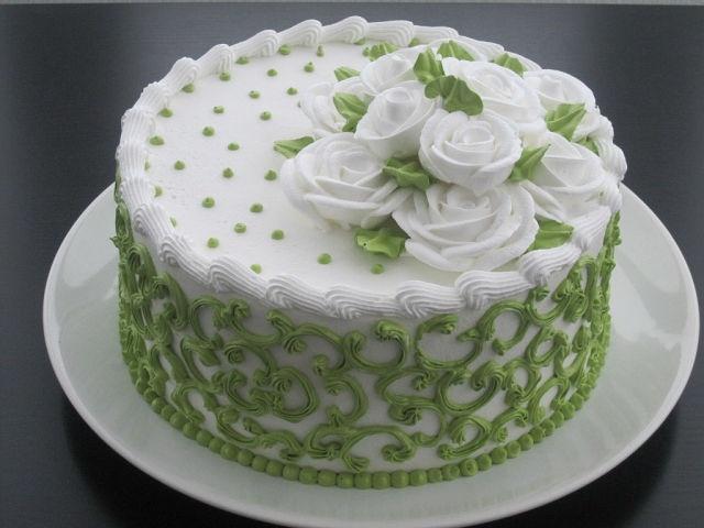 Marcipánový dort • zdobený ornamenty a růžemi