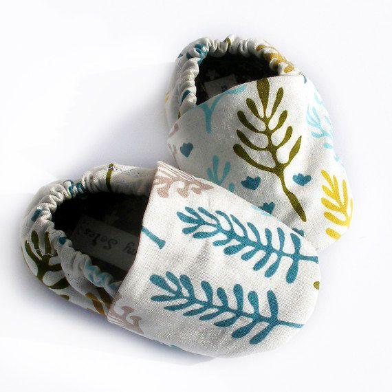 Organic Baby Shoes--Nature Walk teal, mousse et feuilles pourpres et arbres le blanc 0 3 6 12 18 mois bébé chaussons - vêtements de bébé