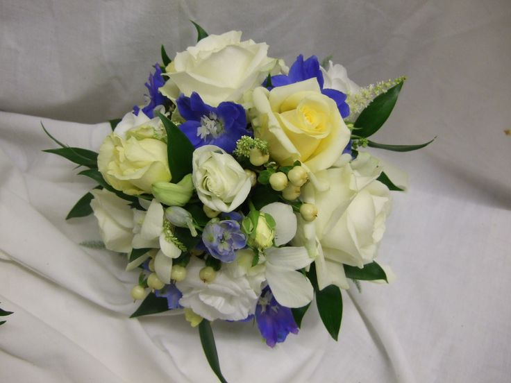 Bridesmaid's bouquet in blue lemon and ivory
