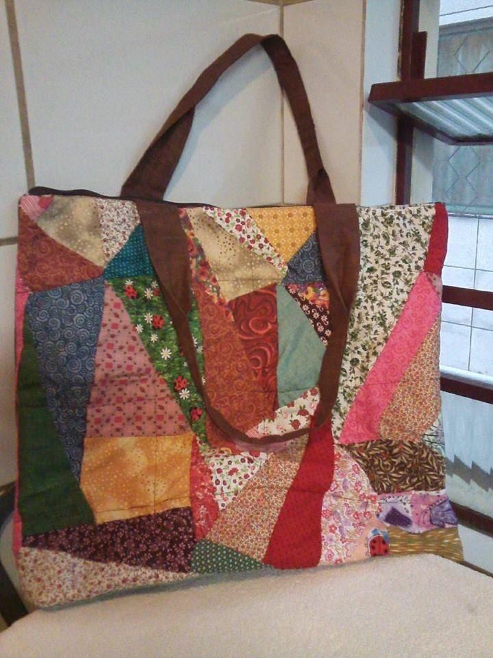 Bolsa de tecido com retalhos coloridos e flores em tecido forrada,feita sob encomenda.