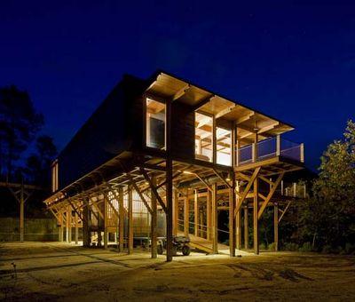 Casa de madera sobre pilotes arquitectura madera - Casas madera portugal ...