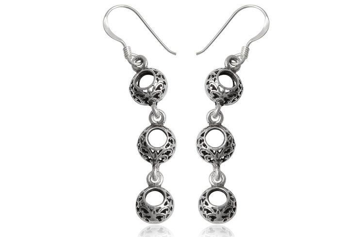 Cercei lungi din argint 92.5% cu cerculete decorate cu modele orientale. http://www.lafemmecoquette.ro/cercei-lungi-din-argint-cu-cercuri-dantelate/