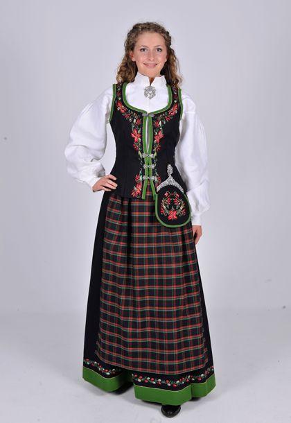 """Østerdalen festbunad """"Marie Aaen""""  Bunaden er komponert av Mari Aaen fra Tynset. Bunaden var en av to seirende bunader i en konkurranse om å lage en ny Østerdalsbunad i 1946. Bunaden ble satt i produksjon i 1949. Den består av stakk og liv, skjorte, forklede, lomme og hodeplagg."""