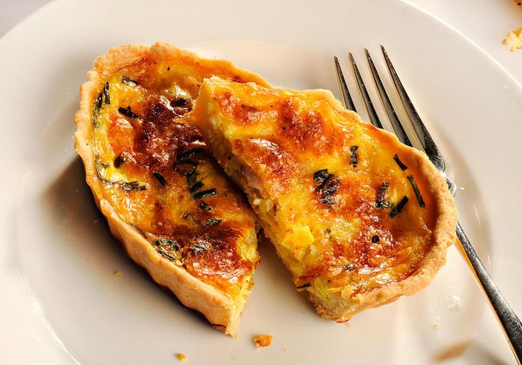 En lun pai er ypperlig lunsjrett på fridagene. Har du egg, fløte, løk og bacon i huset, vil mange bli glade for en tradisjonell Quiche Lorraine. I denne er det tilført gul og rød paprika for å lage litt påskegul stemning. Kilde: Stavanger Aftenblad