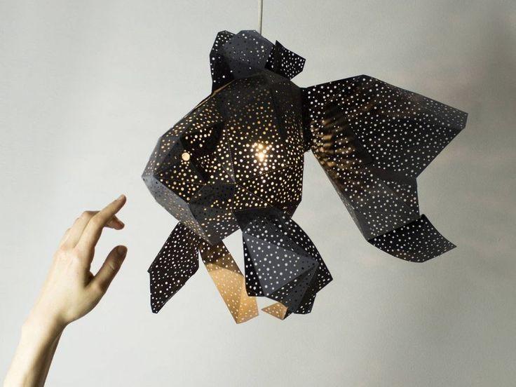 Le duo de créatifs hollandais, fondateur du studio VasiliLights, s'inspire du monde marin pour créer des éclairages à assembler soi-même en suivant la technique du papier plié, l'origami.  Poisson, tortue ou encore méduse prennent vie dans une variété de papiers colorés et de tailles. Certaines pièces se composent d'un papier perforé d'autres arborent un dessin plus minimaliste, tout en noir. Les prix oscillent entre 36€ et 49€ mais les plus grandes pièces coûtent 149€.