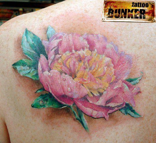 Тату Розовый цветок на лопатке девушки