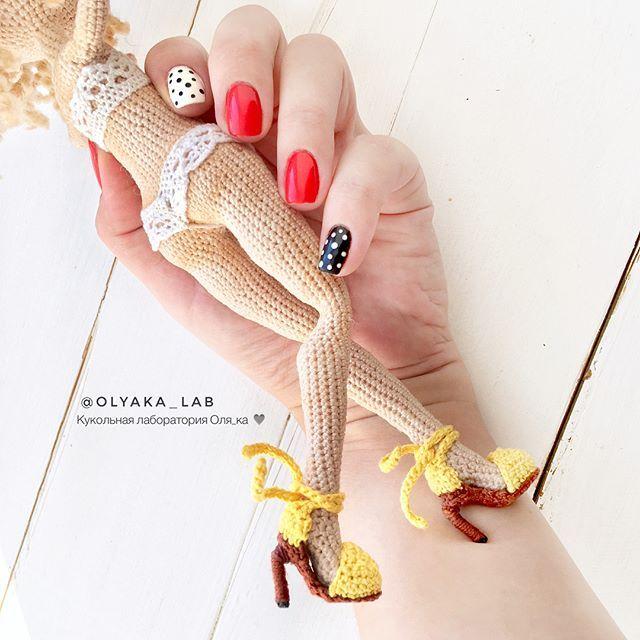 Доброго утра Мои Дорогие ❤️ Сегодня длинноногая девушка на каблучках ( 2 фото ) Ракурс спереди и сзади, по просьбам кто пишет в директ показываю с разных сторон. Девочки , вяжу без схемы, ножки всегда разные и размером и длиной . Эта куколка получилась крупной 23 см, а с прической все 25 Don't pattern ✔️ Ваша #olyaka_lab #кукольнаялабораторияоля_ка #одеждакукололяки